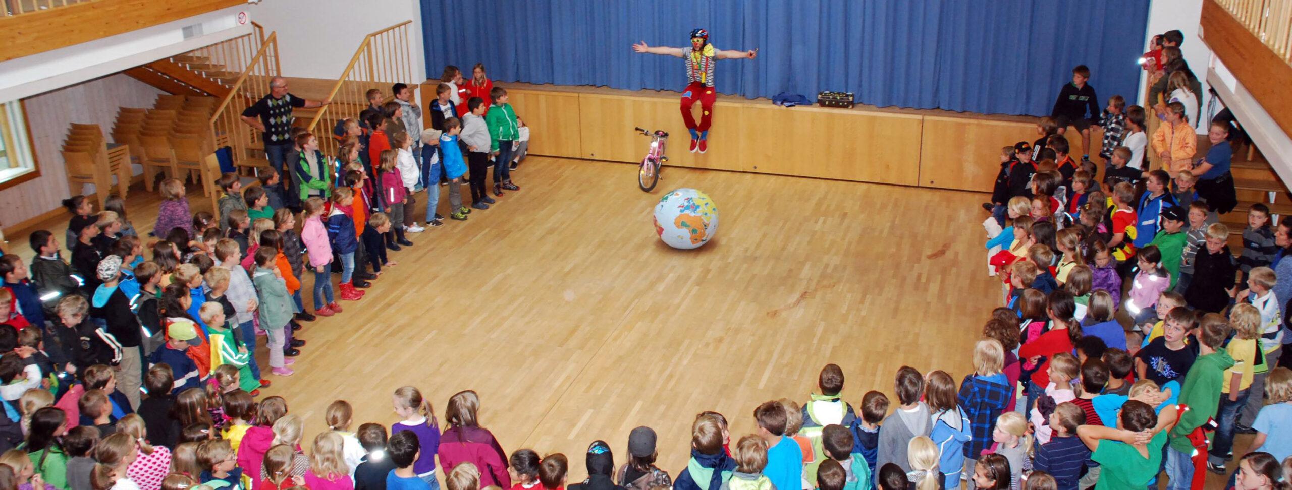 Klimaclown Hugo Auftritt in einer Volksschule